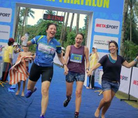Women-team-crossing-finish-line-together